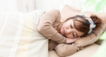 横向きで寝る女性